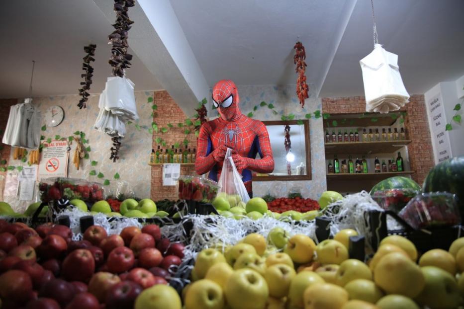 Homem-Aranha turco faz o bem em meio àpandemia